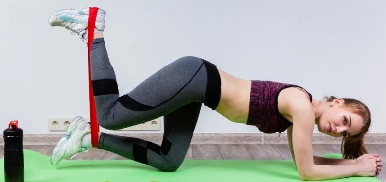 Лучшие упражнения с резинкой для ног и ягодиц: убираем «ушки» и качаем внутреннюю часть бедра